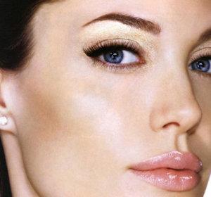 Как может повлиять на жизнь удачно подобранная форма татуажа глаз