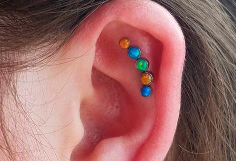 цветные гвоздики в ухе