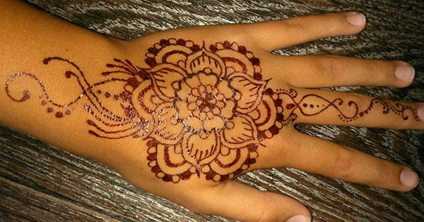 красивый цветок мехенди