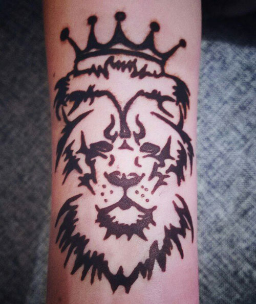 лев на руке хной