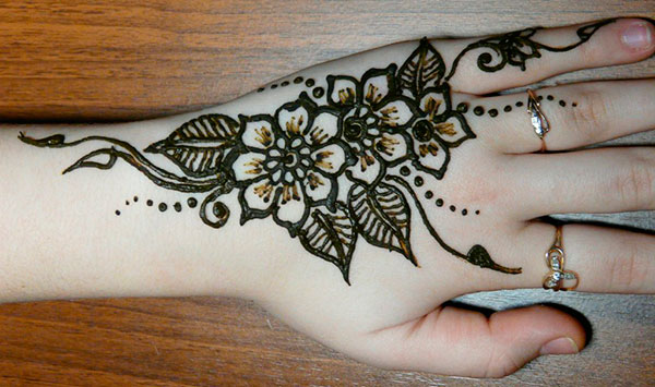 цветы и листочки на руке