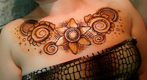 татуировка на груди из хны