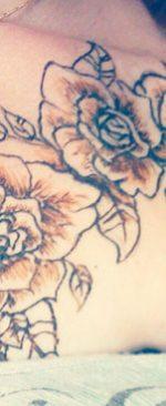 розы на ключице, нанесенные хной