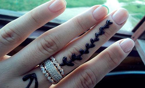 узор хной на пальцах руки