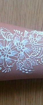 цветок на руке белой хной
