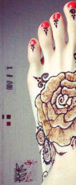 роза на стопе из хны
