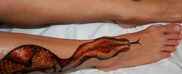 змея на ноге как тату на время