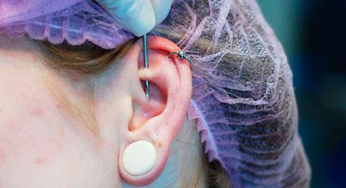 прокалывание уха в салоне