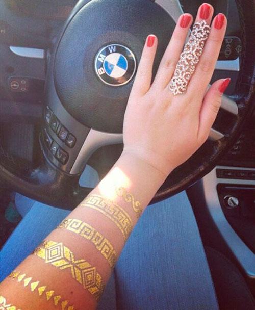 Золотые переводные татуировки на руке
