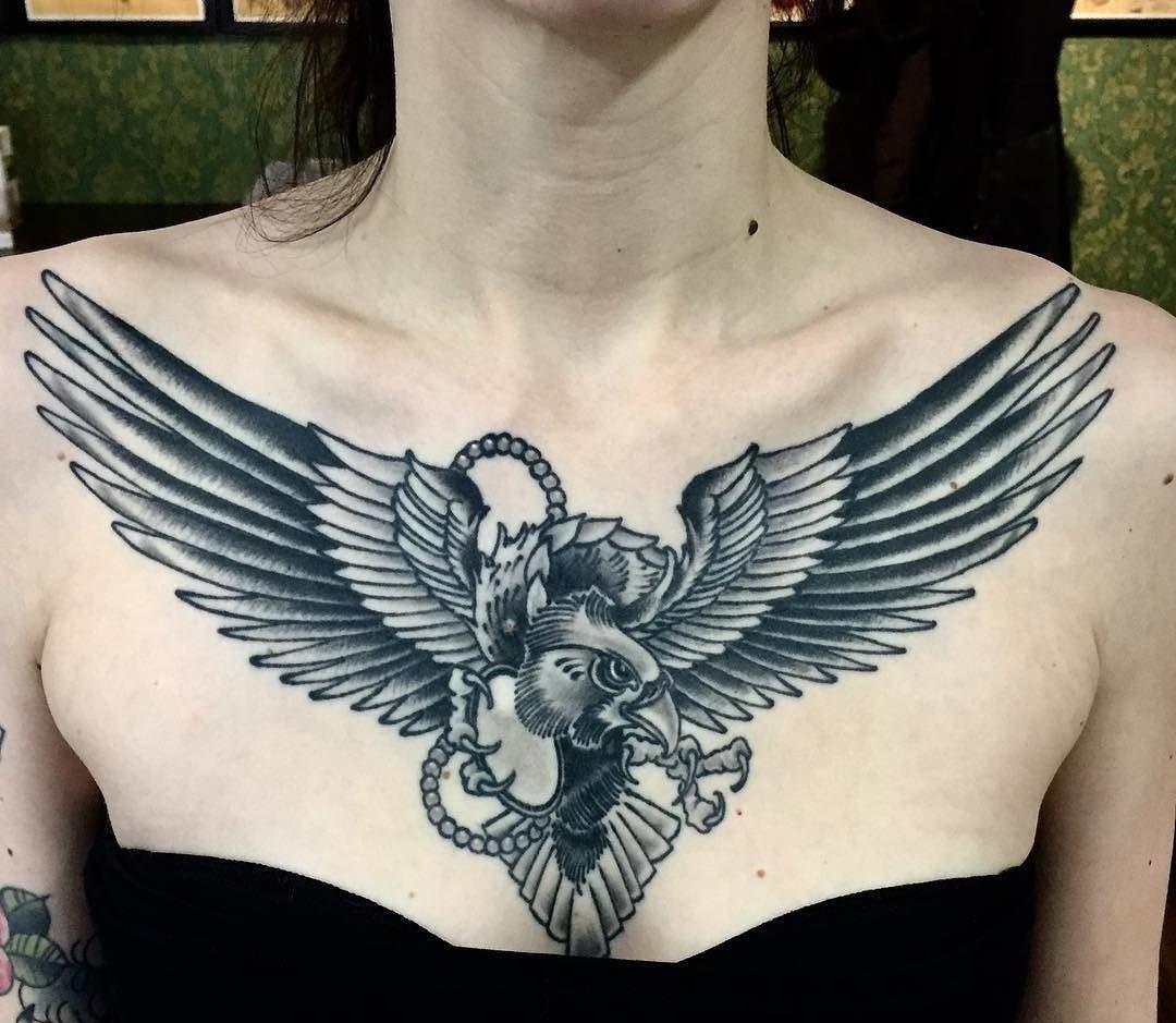 тату на груди у женщины