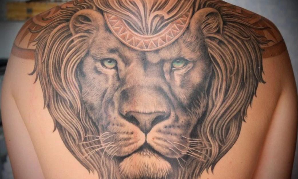 тату на спине лев