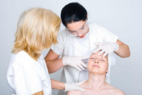 Девушка у врача дерматолога