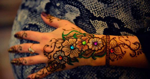 разноцветные цветы на руке