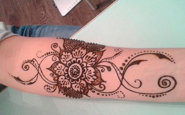 крупный цветок как временная татуировка