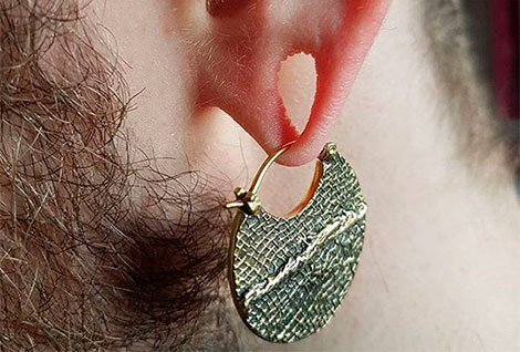 дырка в ухе с сережкой