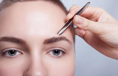 Выщипывание волосков на лице