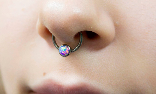 кольцо в носу у женщины