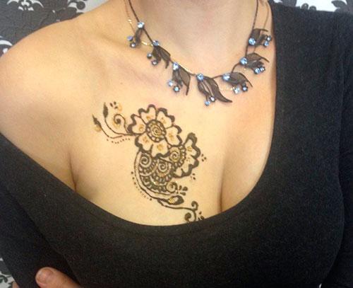 Мехенди на правой груди цветок