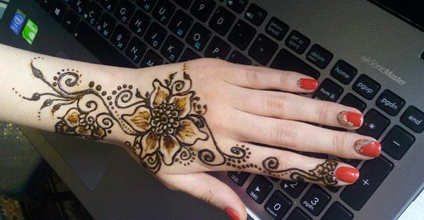 менди на руке в виде цветка