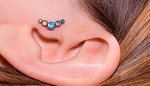 пирсинг возле уха
