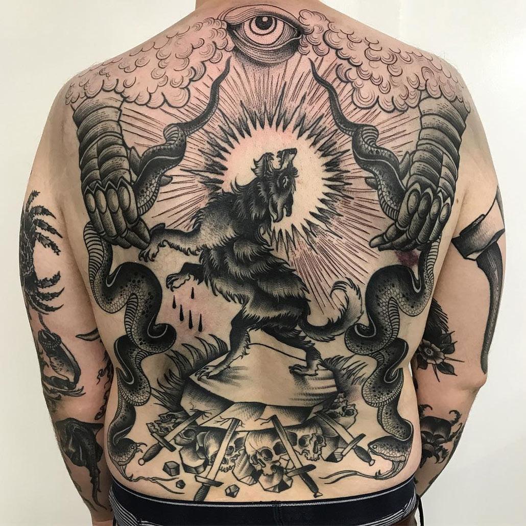 тату на спине волк