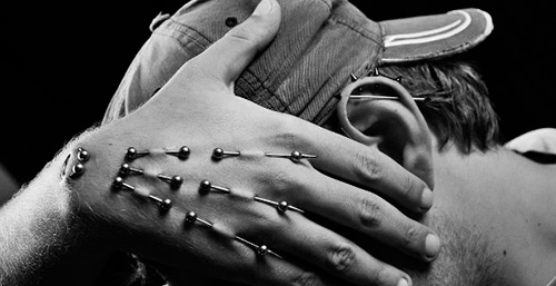 пирсинг рук плей