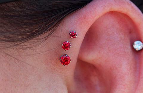 сережки-гвоздики в ухе