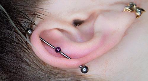сережка в ухе