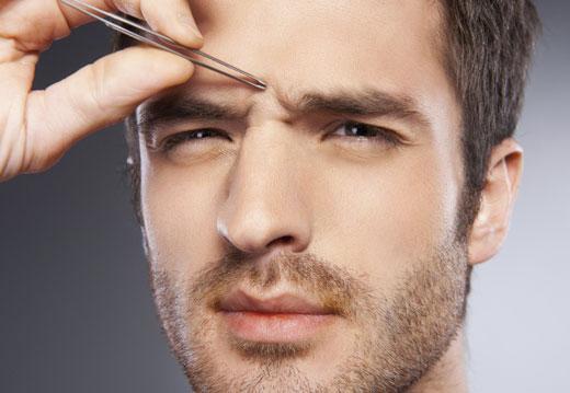 Мужчине выщипывают брови