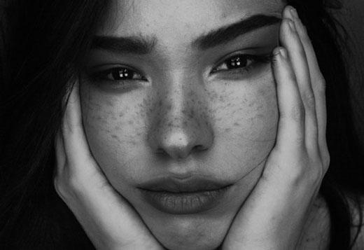 Девушка с густыми бровями