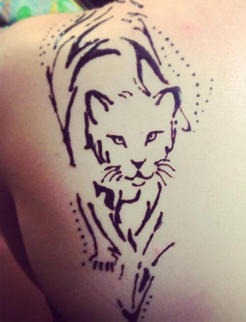 тигр хной на плече