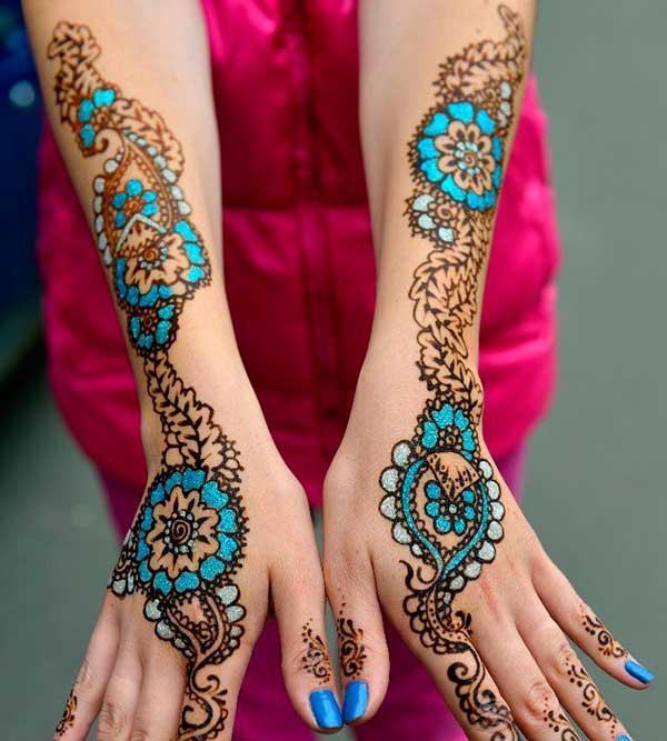 голубой рисунок на руках хной