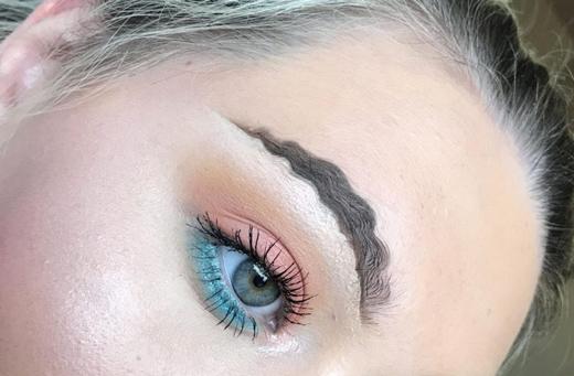 макияж с волнистыми бровями